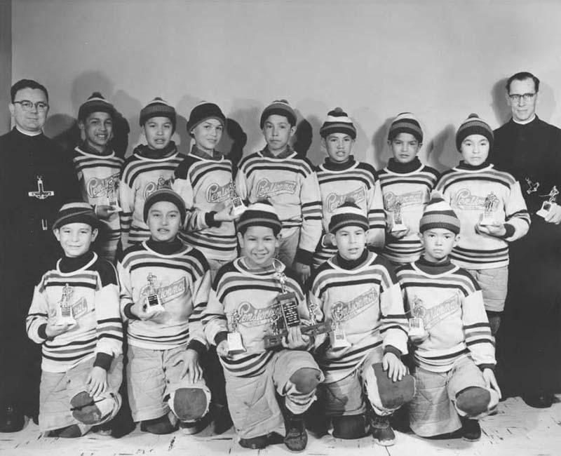 School hockey team posing for photo from Sept-Iles school